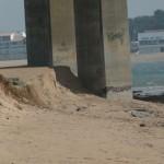 érosion continue autour des piles du pont